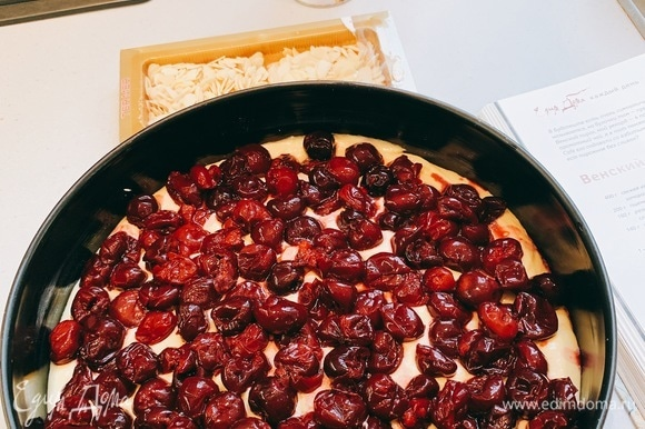 Выложить тесто в форму, а сверху — как можно больше вишни.