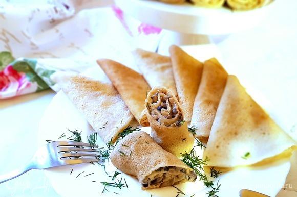 Сервируем блюдо сметаной и поверх выкладываем начиненный блин, посыпаем свежим укропом, и можно наслаждаться! Приятного вам аппетита!
