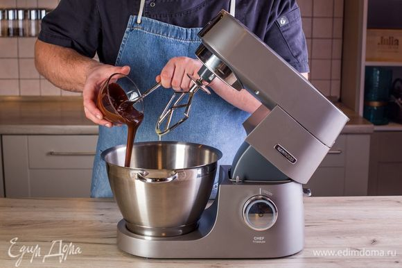 Шоколад растопите и добавьте к основной массе в чашу.