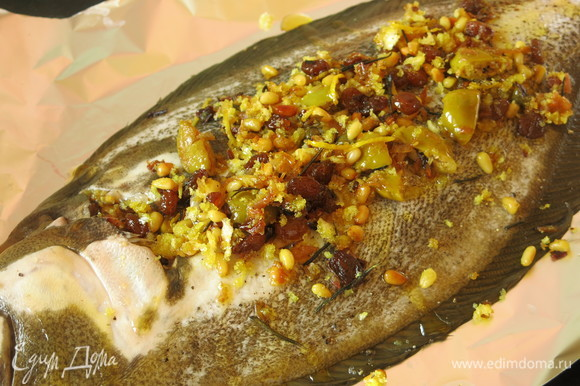 Сбрызгиваем рыбу оставшимся оливковым маслом и лимонным соком.
