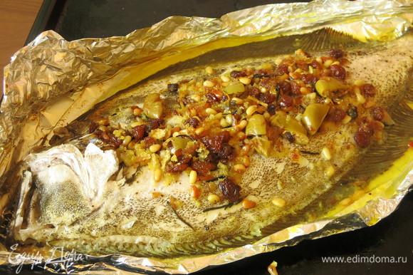 Рыба получается в нежном соке желтоватом, пропитывается всеми ароматами. Подавала в фольге, чтобы рыба оставалась в соке.