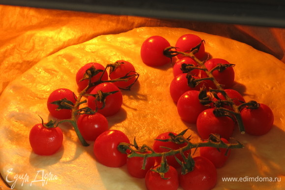 Поливаем маслом, посыпаем солью крупной и ставим в духовку при 225°C.