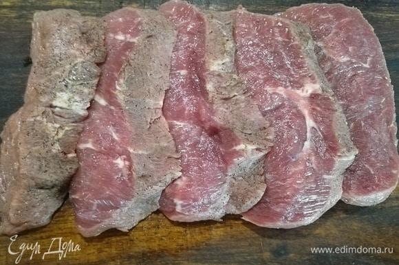 Замаринованное мясо нарезать на пласты толщиной в 1 см.