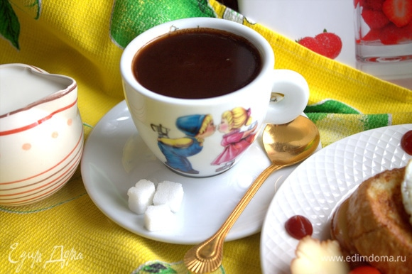 Горячий шоколад можно подать с молоком или сливками.