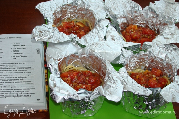 Сверху выложить томатно-чесночный соус.