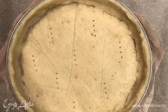 Переложить тесто в форму диаметром 20 см и наколоть его вилкой.