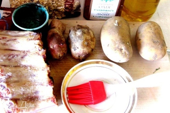 Все очень просто. Моем овощи и ребра (я брала копченые — так вкуснее, но в оригинальном рецепте надо использовать сырое мясо), нарезаем полосками, овощи чистим и нарезаем кубиками.