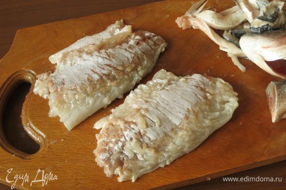Снимаем кожу. Готовила половину порции — одну рыбу.