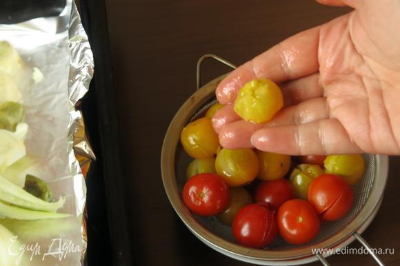 Снимаем кожицу с томатов.