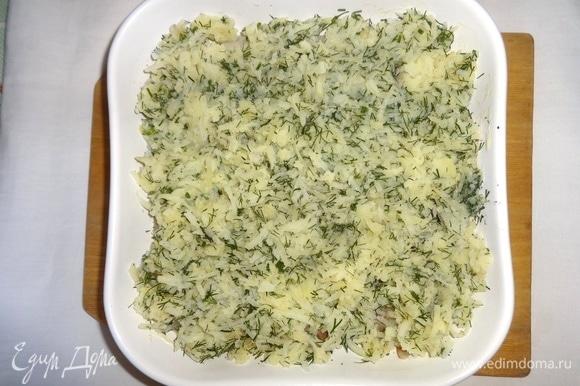На рыбу выложить слой картофеля с укропом.