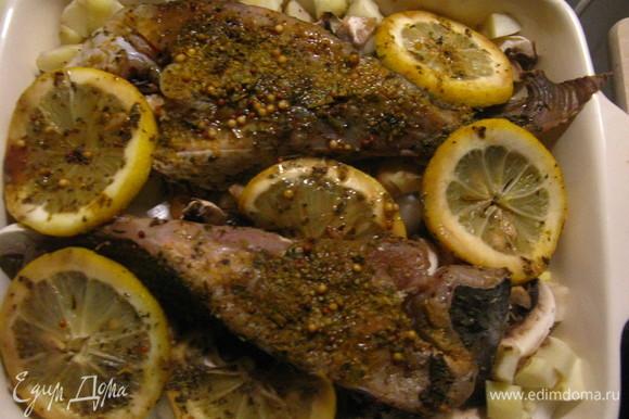 Сверху укладываем рыбу и лимоны, поливаем соусом, в котором рыба мариновалась, и отправляем в духовой шкаф на 35 минут. Поставить в холодную духовку и выпекать при температуре 220°C 35 минут.