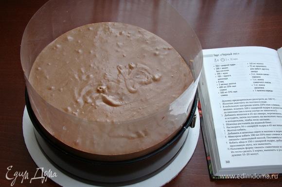 Сверху на вишни равномерно переложить шоколадный крем и поставить торт в холодильник для застывания.