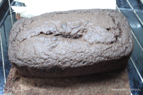 Прежде, чем разрезать на коржи, дайте кексу хорошо остыть.
