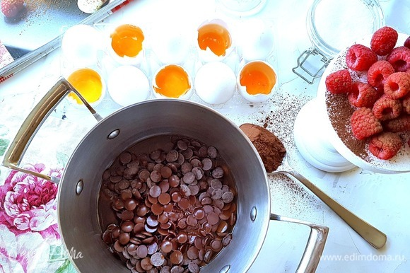 Шоколад поломать на маленькие кусочки или использовать в каплях, как на фото. Шоколад я использую Швейцарский, от качества шоколада зависит и вкус данного рулета! Выложить шоколад в небольшую кастрюлю, добавить кофе экспрессо (в оригинале кофейный напиток — 1 ст. л.), влить 5 ст. л. горячей воды, затем растопить на медленном огне (в оригинале на водяной бане). Пока шоколад топится, ложкой его перемешивать не нужно, можно только слегка встряхивать кастрюлю.