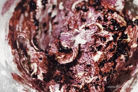 Добавить замороженные ягоды и перемешать лопаткой, но не до однородности, чтобы был красивый разрез и правильная текстура маффинов.