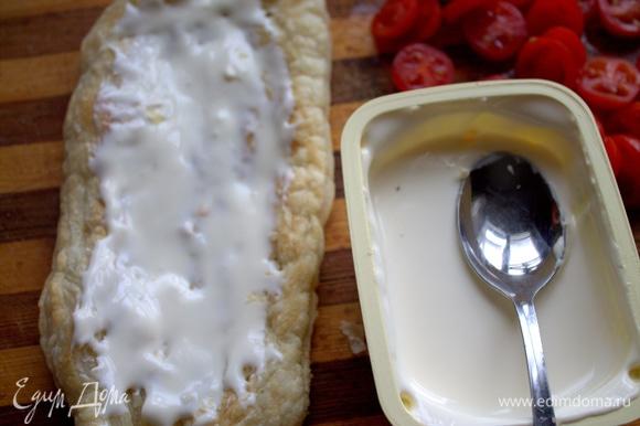 Смазать дно плавленым сыром.