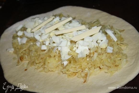 Сверху кладем рубленые яйца и кусочки оставшегося сливочного масла.
