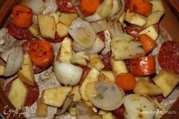 В жаропрочную посуду выкладываем телятину, чоризо, обжаренные овощи и айву. Закрываем крышкой и отправляем на 40 минут в заранее разогретую до 180°C духовку.