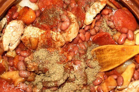 Через 40 минут достать из духовки мясо и добавить к остальным ингредиентам фасоль в томатном соусе. Посолить и поперчить по вкусу, добавить кориандр и лавровый лист. Закрыть крышкой и отправить еще на 20 минут в духовку.