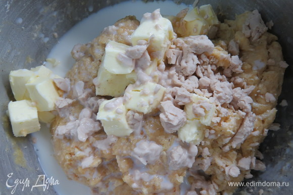 Через пару минут добавьте оставшуюся половину сливочного масла, дрожжи и молоко.