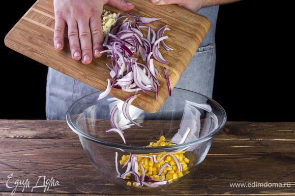 Смешайте в салатнике лук, чеснок, консервированную кукурузу. Добавьте рубленую зелень по вкусу.