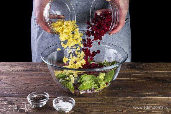 Добавьте отваренные свекольные и картофельные вегенсы.