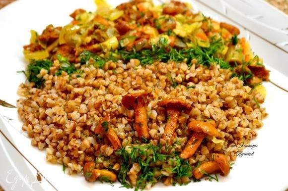 На одну сторону тарелки выложите рассыпчатую гречку и украсьте импровизированной «грибной полянкой» из целых грибочков.