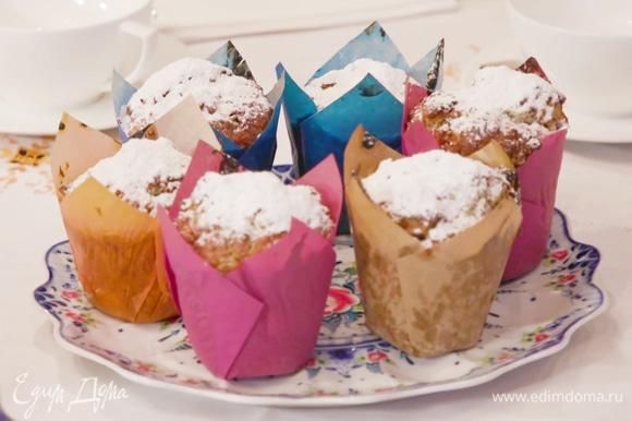 Посыпать горячие маффины слоем сахарной пудры или украсить по своему вкусу.