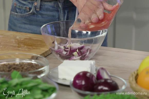 Нарезать луковицу «перьями» и выложить в отдельную миску. Слить к ней сок из миски с нарезанным грейпфрутом, добавить яблочный уксус, смешать и оставить мариноваться.