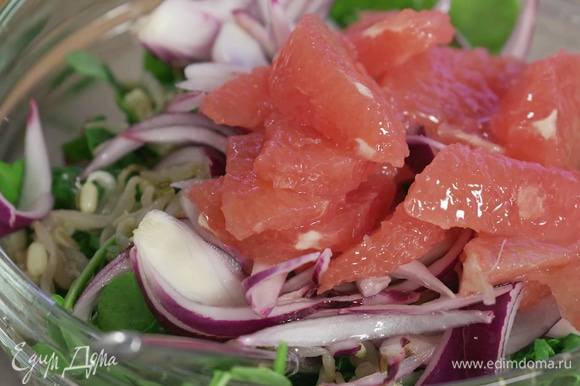 Петрушку и кинзу мелко нашинковать, добавить к салату. Туда же выложить пророщенные ростки сои, промариновавшийся лук без маринада, и, наконец, добавить грейпфрут.
