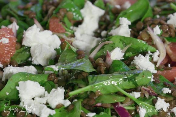 Выложить салат на блюдо, аккуратно перемешать, сверху выложить ломтики сыра фета и немного кресс-салата.