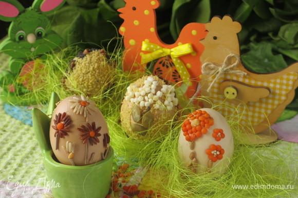 Следующие яйца — яркие цветы из сочевицы и дикий пион из кус-куса в обрамлении мака. Обрядовые, яйца-обереги обычно делают с полным заполнением поверхности яйца, но я предлагаю упрощенный вариант, съедаемый на праздник, но каждый рисунок несет частичку пожелания благополучия, мира и добра. Подать яйца можно на самодельных подставках — жестянках из-под свечей, украшенных волокнами пальмы — стилизованных гнездах. Со Светлым Праздником Пасхи!