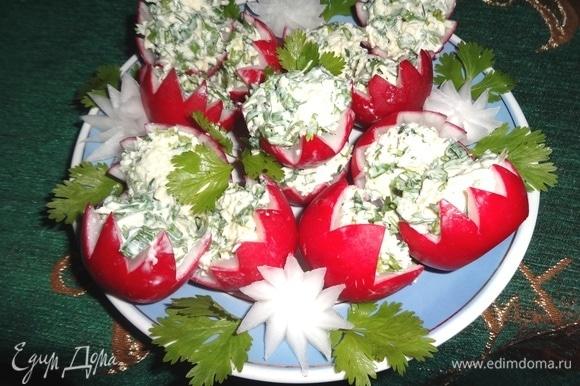 Выложить закуску на тарелку. Украсить кинзой и «цветами» из редиса. Угощайтесь! Приятного аппетита!