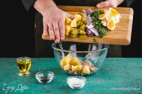 Отварите картофель и яйца до готовности, нарежьте кубиками. Также нарежьте маринованные огурцы и красный лук. Измельчите укроп и петрушку. Добавьте к тунцу все ингредиенты.
