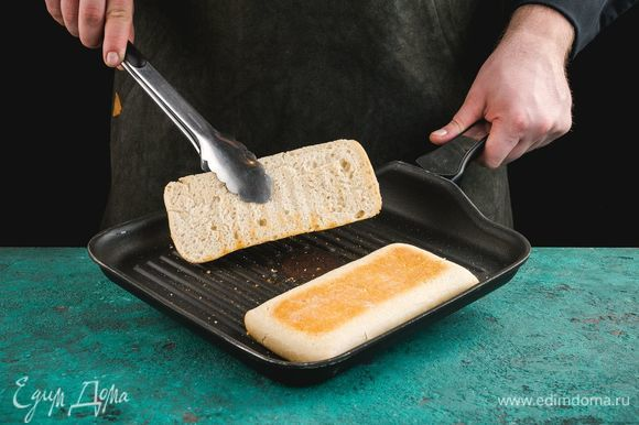 Чиабатту подсушите на сковороде-гриль.