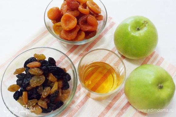 Два крупных яблока вымыть. Курагу и изюм (у меня узбекский микс 2 цветов) тщательно вымыть и затем ошпарить кипятком.
