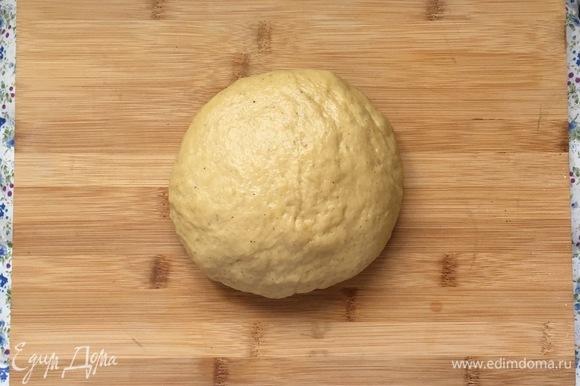 Сначала оно будет очень липким, но муки больше не добавлять. Вымешивать тесто на столе в течение 10 минут, пока оно не станет отлипать от поверхности и рук.