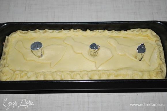 В каждое отверстие вставьте воронку из фольги, потом будет удобно наливать бульон через них. Поставьте пирог в разогретую духовку при температуре 160–170°C на 1 час 30 минут.