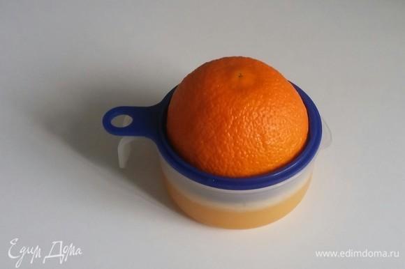Разрезаем апельсин пополам и выжимаем из него сок. Важно: если получилось больше сока, чем 100 мл, то лишний сок нужно убрать. Нужно только 100 мл, а если жидкости будет больше, то карамель не застынет в процессе охлаждения.