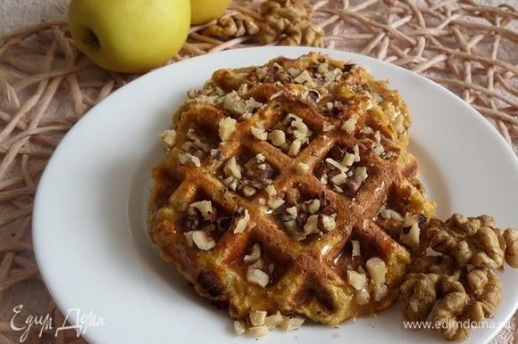 Подаем вафли, добавив мед и рубленые грецкие орехи.