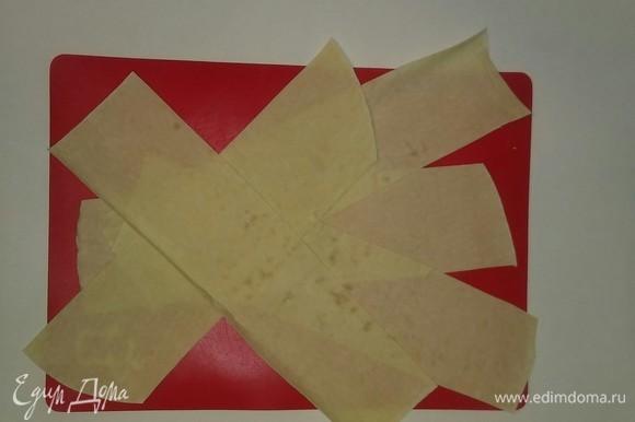 Затем разрезаем лист лаваша на 5 равных полосок.