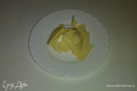 Сыр режем тонкими полосками и потом эти полоски разрезаем еще раз пополам.