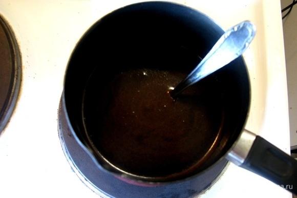В кастрюлю насыпаем свежемолотый кофе, заливаем водой и варим. Лично я не люблю просто запаренный — вкус не тот. Варим так, чтобы пенка поднялась 3 раза.