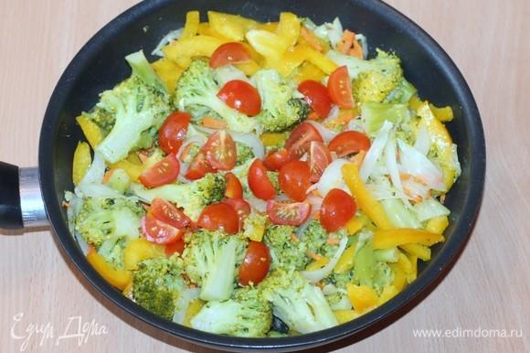 Добавляем приправу для овощей (у меня итальянская приправа), солим, перчим (перец, если нет запрета) и готовим овощи до готовности. Положите промытый лавровый лист. Тушите до размягчения помидоров, чтобы испарилась лишняя жидкость.