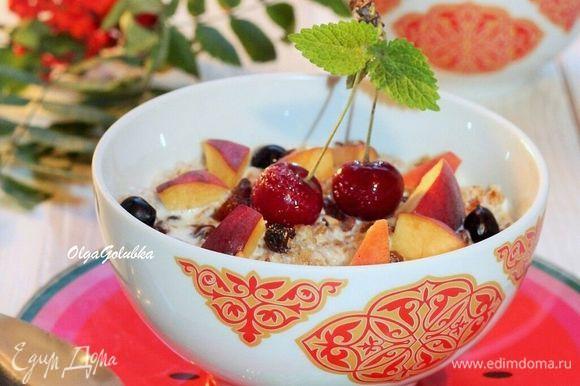 Затем добавляем молоко, кусочки фруктов, ягоды и подаем к столу! Очень вкусно и полезно!