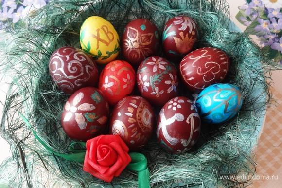 Пасхальные яйца-писанки и шкрябанки уложить на блюдо, красиво оформить. Угощайтесь! С праздником Пасхи!