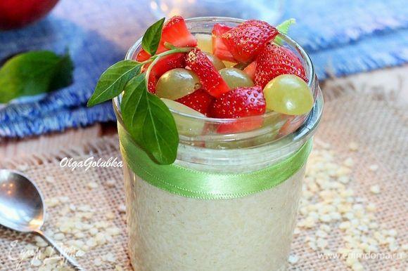 Перед подачей на стол добавьте в банку ягоды и кусочки фруктов. Приятного аппетита!