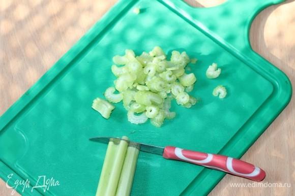 Отварить рис по инструкции. Я взяла коричневый круглозерный рис «Кубань». Сельдерей тонко нарезать.