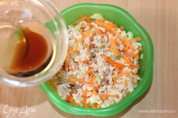 Заправить салат полученным соусом и сверху посыпать оставшимися орехами.