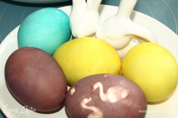 Если остались пасхальные яйца, то используем их. Если нет, то яйца надо предварительно отварить и остудить.